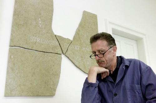 """Carlo Lischetti bei der Praesentation einer """"Stein-Kunst-Sein-Installation"""